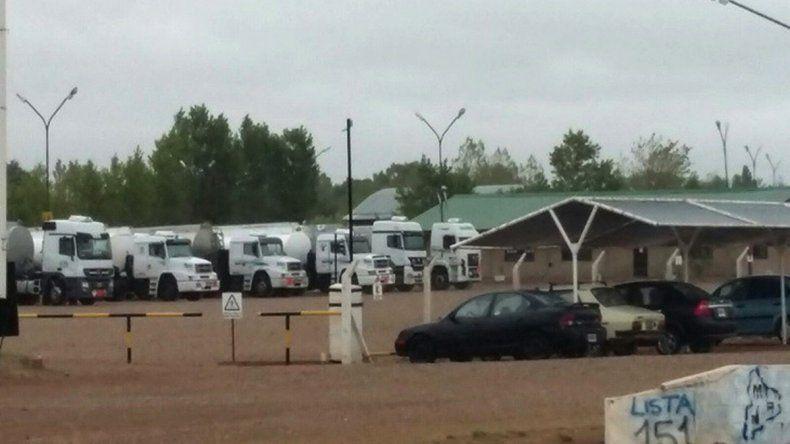 Camiones petroleros varados en la refinería de Plaza Huincul en reclamo del pago a tiempo de sueldos.