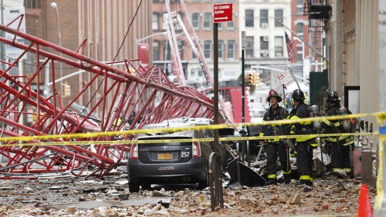 Bomberos de Nueva York en el lugar donde cayó la grúa.