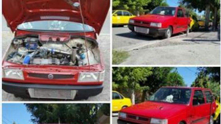 El Fiat Uno negro de Franco que robaron en Santa Genoveva. El Uno rojo es de Gabriel y se lo robaron de la puerta de la casa en el barrio 30 de Octubre. Ninguno fue recuperado.