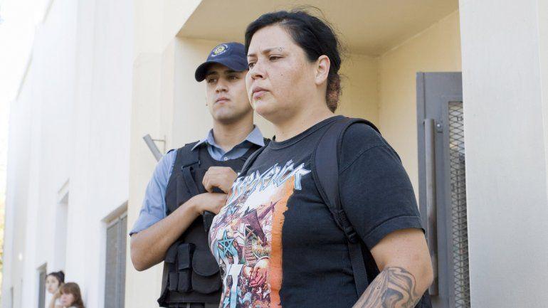Andrea Valenzuela junto a uno de los policías que se encargan de acompañarla desde la plaza hasta el súper.
