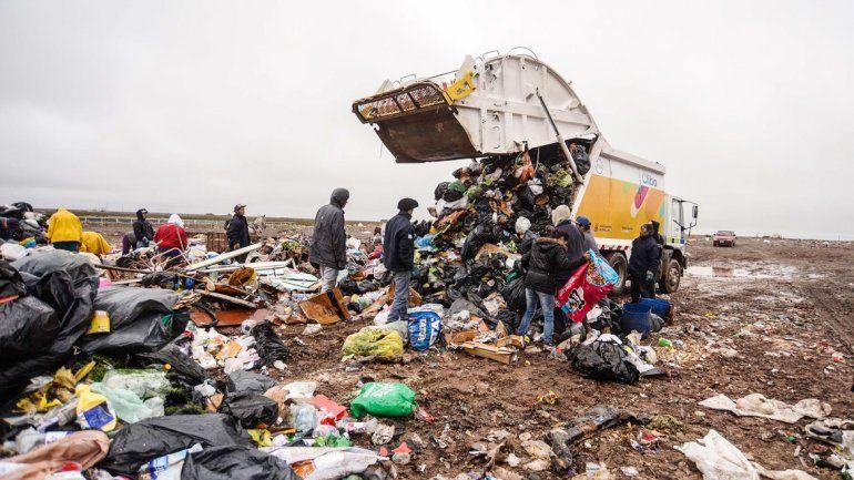 Juntan basura para vivir y no quieren perder su trabajo