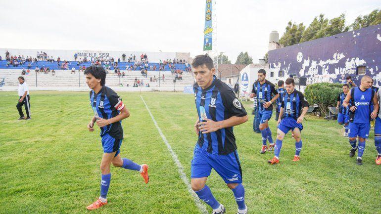 El León viene de un polémico partido en Centenario. Hoy juega en casa.
