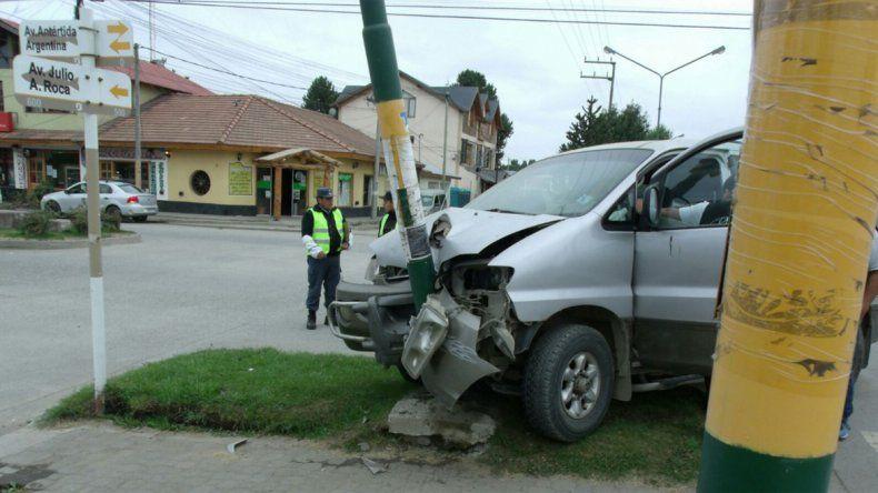 Borracho terminó incrustado contra un semáforo