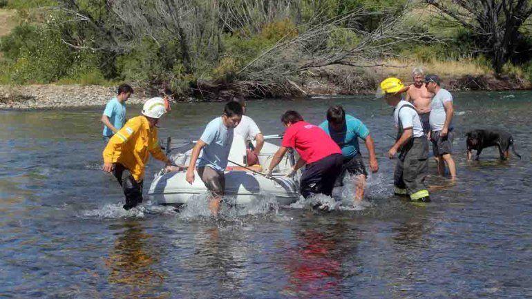 Rescataron a dos mujeres y a dos nenas que cayeron al río Chimehuín