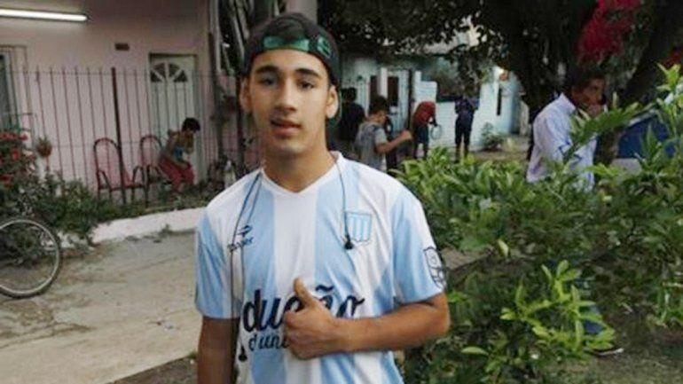 Juan Cruz con su querida camiseta de Racing. Después de su acción valiente pudo conocer a su ídolo Diego Milito.
