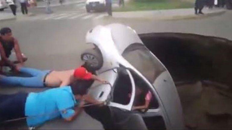 Rescatan a una familia que cayó en un pozo con su auto