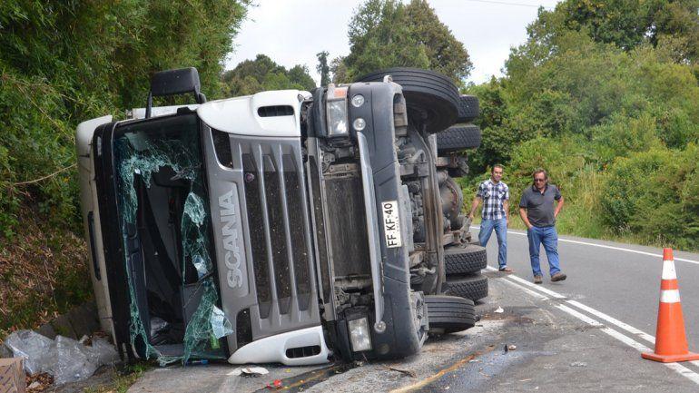 Espectacular vuelco de un camión chileno en el paso Samoré