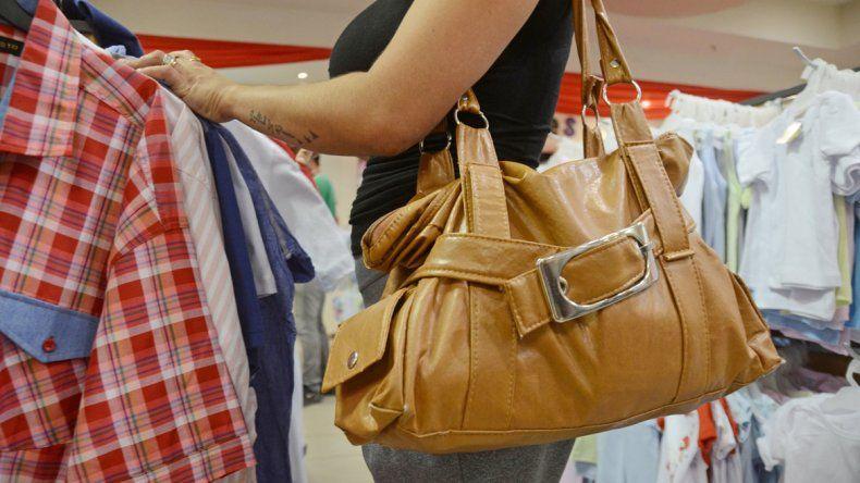 Grandes carteras y vestidos holgados usan de indumentaria las jóvenes mecheras para ir a robar.