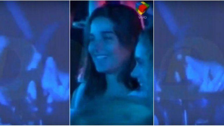 La actriz se encontraba tras bambalinas cuando fue captada in fraganti con un rockero.