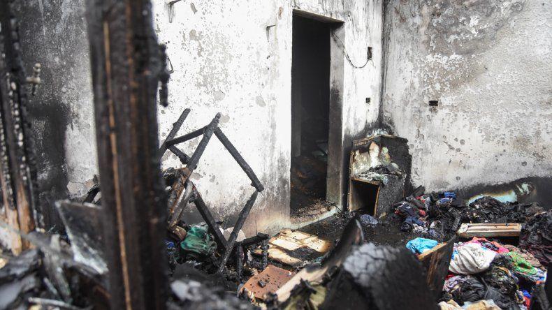 Tarde en llamas en Neuquén: se incendió una casa y el fuego consumió un taxi