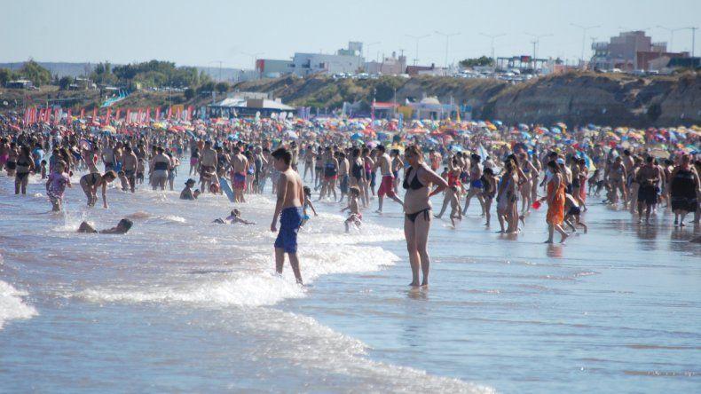La playa mostró ayer su colorido veraniego gracias a las altas temperaturas