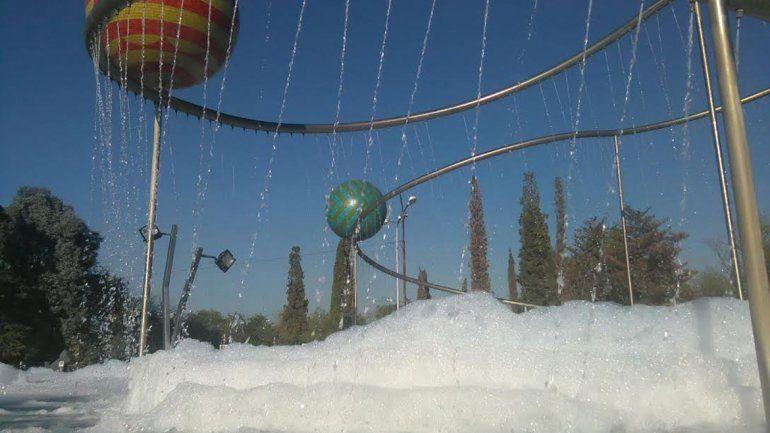 Otra vez tiraron detergente en la fuente del Centenario