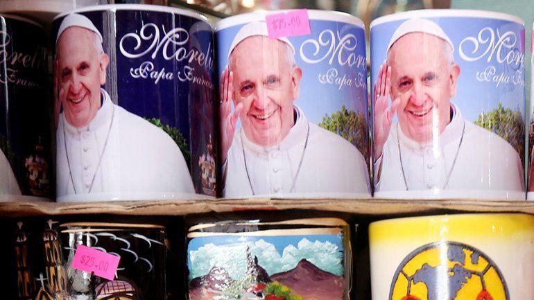 En México ya venden artículos conmemorativos a la visita papal.