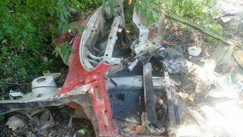 El Fiat Uno robado el viernes (izq.). Así apareció en la Isla Jordán (der.).