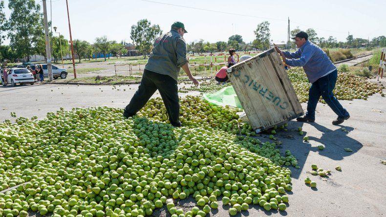 Los productores tiraron la pera en las vías del tren. Los vecinos se la llevaron.