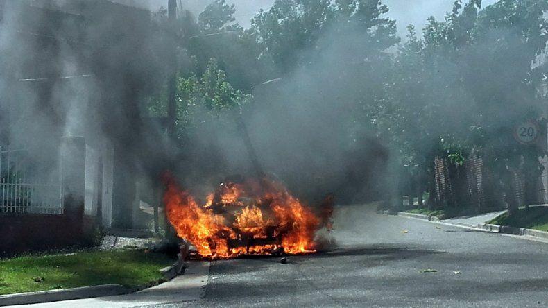 Un taxi se prendió fuego en la zona del Alto