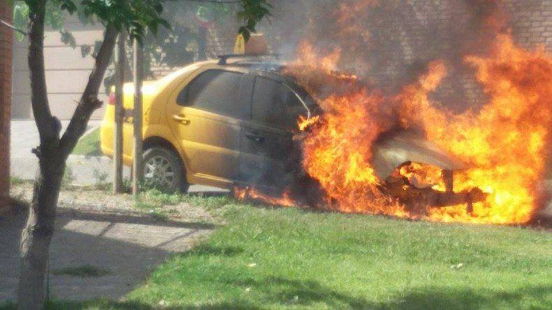 El vehículo estalló en llamas.