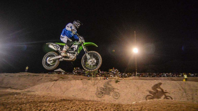 Reviví todo el color del motocross nocturno en la barda