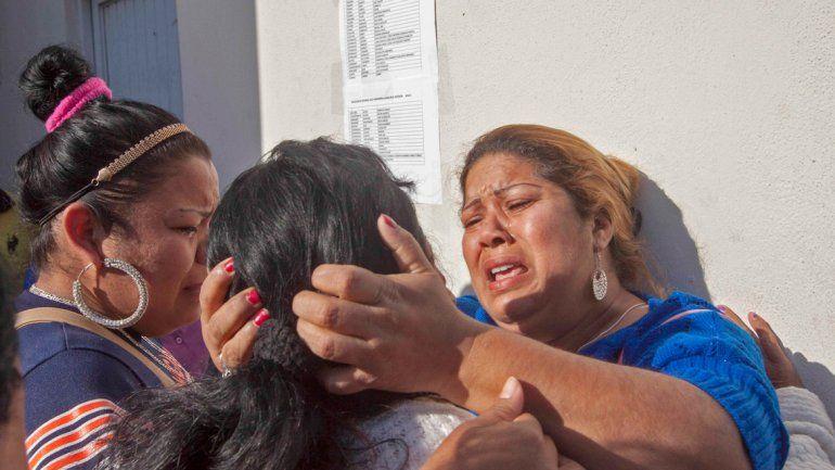 Mujeres llorando en las puertas de la cárcel de Monterrey.