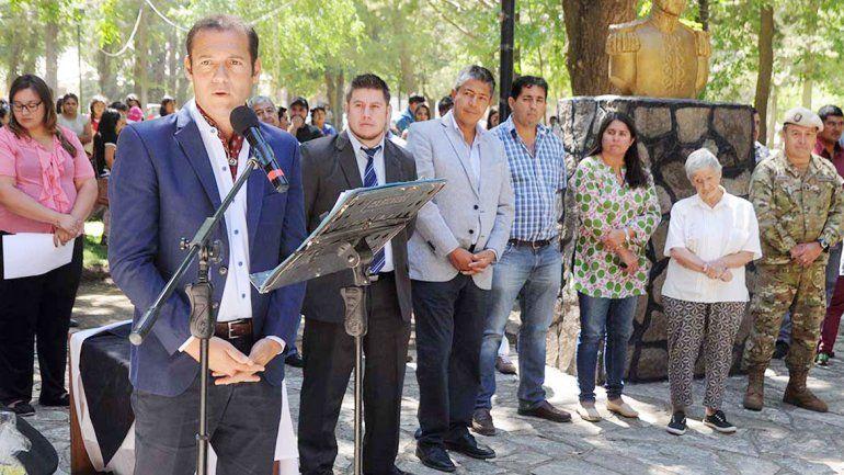 El gobernador presidió el acto por el 76º aniversario de El Huecú.
