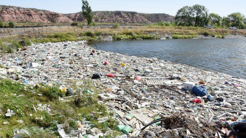 Una playa repleta de basura. Los vecinos de los countries ya no saben qué hacer para no respirar malos olores.