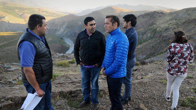 El gobernador Omar Gutiérrez de recorrida en obras de Las Ovejas.