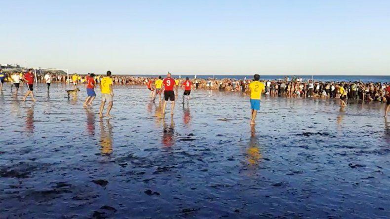 El partido se disputó en la playa con las dimensiones reales de una cancha de fútbol.