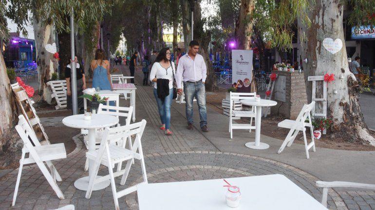 Nuevos comercios del centro neuquino participaron de la oferta gastronómica en la peatonal de la diagonal 9 de Julio.