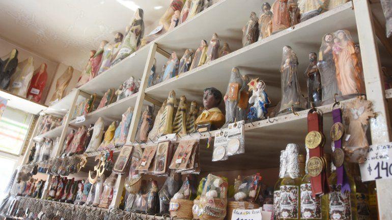 En las santerías del Bajo neuquino coinciden en que las velas son uno de los productos de más salida. A estos lugares recurre todo tipo de personas