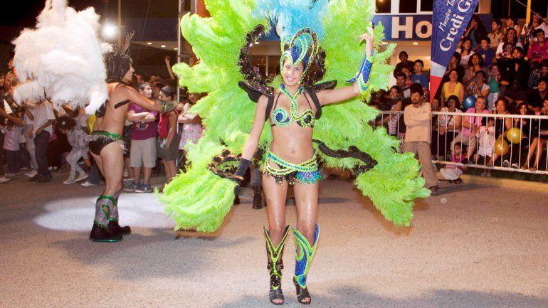 Miles de vecinos de Centenario asistieron a la primera jornada de carnaval.
