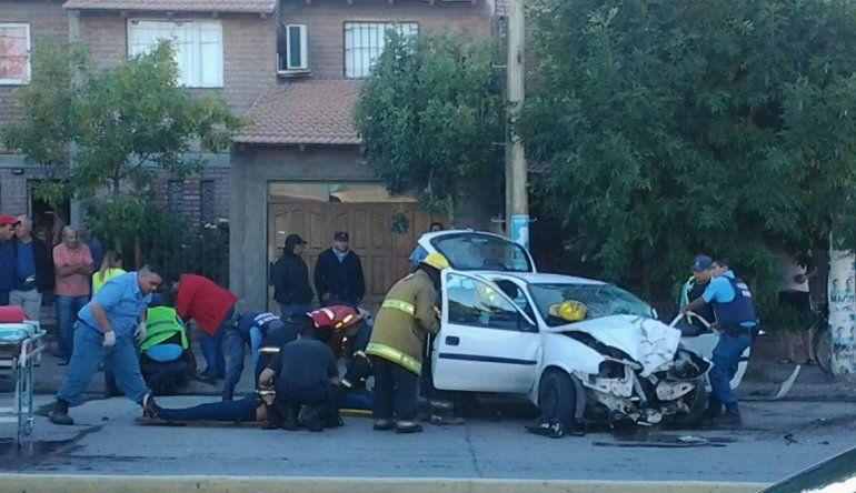 Chocó a una moto e impactó contra un poste en Canal V: hay cinco heridos