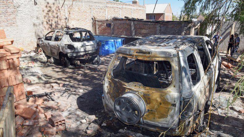 La camioneta Eco Sport y el Peugeot 206 quedaron destruidos tras la reacción de los vecinos indignados.