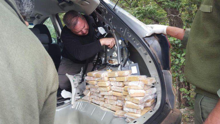 En el baúl de la Honda CRV encontraron varios ladrillos de marihuana.