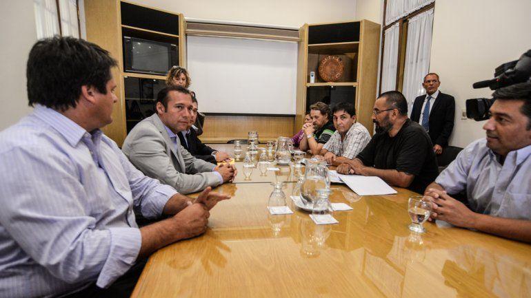 El gobernador en la reunión que mantuvo con los gremios.