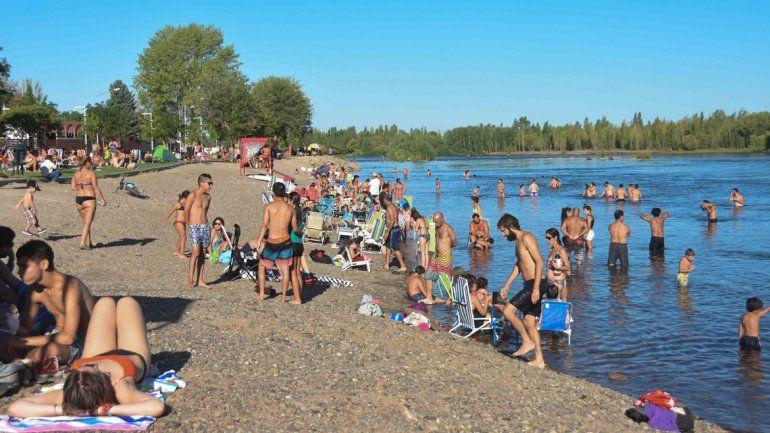 Ayer la costa del río estuvo visitada por muchos bañistas.