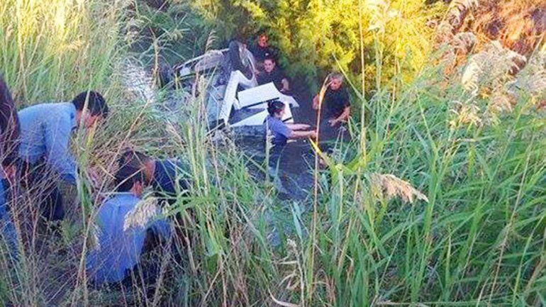 Volcaron y se ahogaron al caer a un desagüe de la Ruta 22