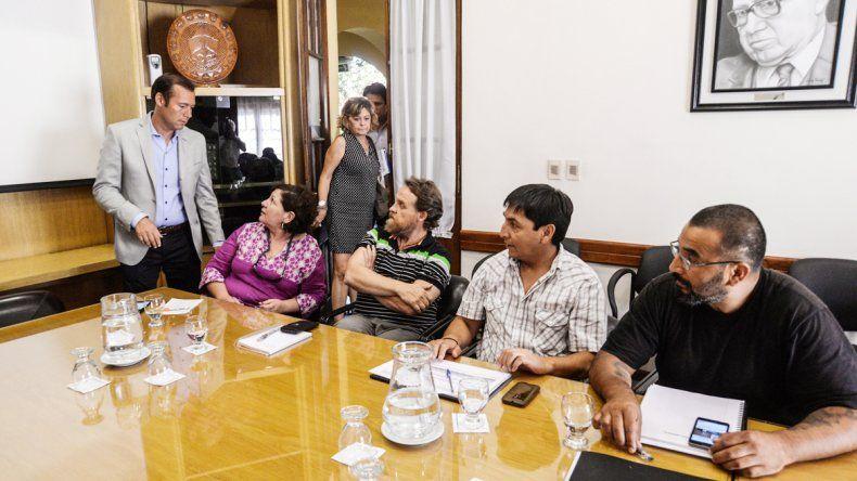 El gobernador Omar Guitérrez junto a los representantes sindicales