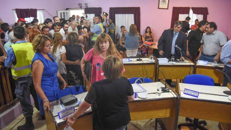 Los vecinos colmaron la sala del Concejo Deliberante para seguir la sesión que se inició con un corte de luz.