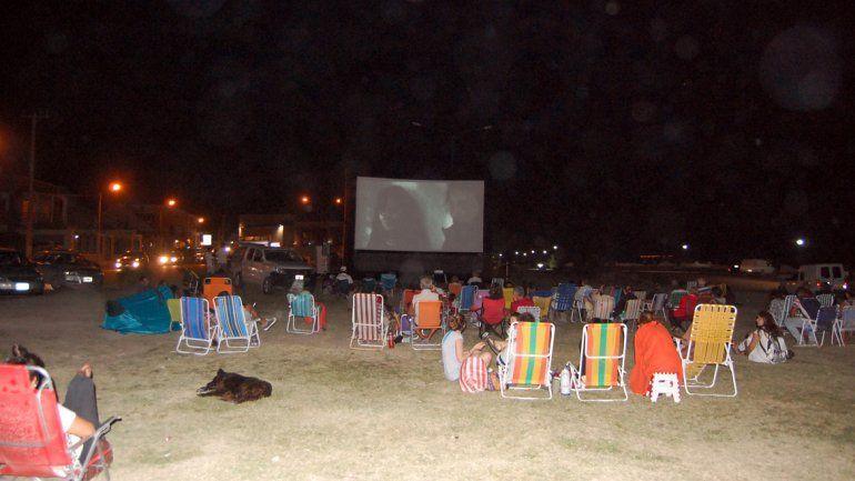El cine se disfruta en la playa de Las Grutas.