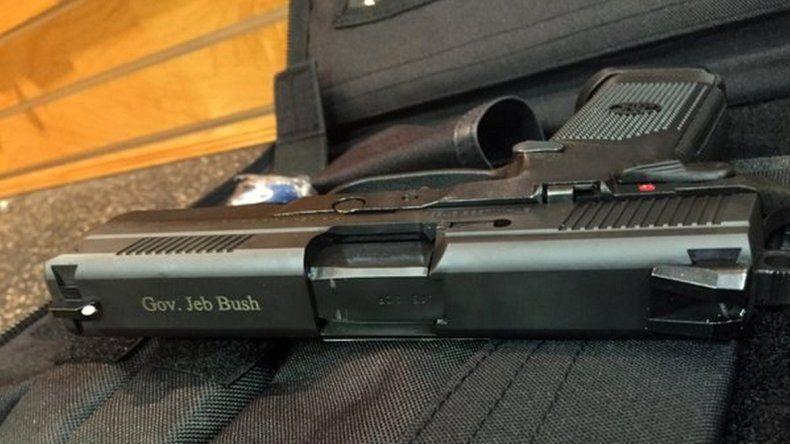 El precandidato presidencial republicano publicó una foto de su pistola.