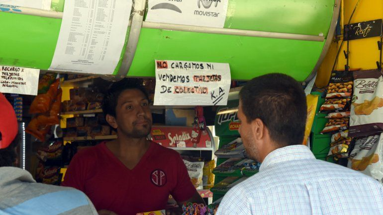 Muchos vecinos se acercan a los kioscos a comprar o a recargar la SUBE
