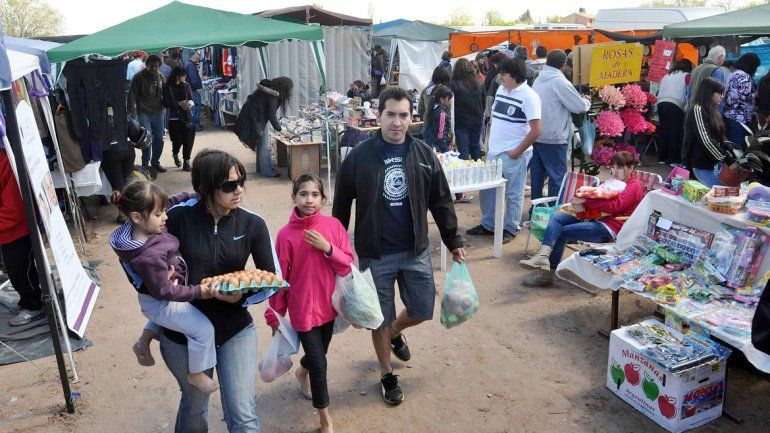 Una multitud de neuquinos se congrega todos los domingos en la Feria del Oeste
