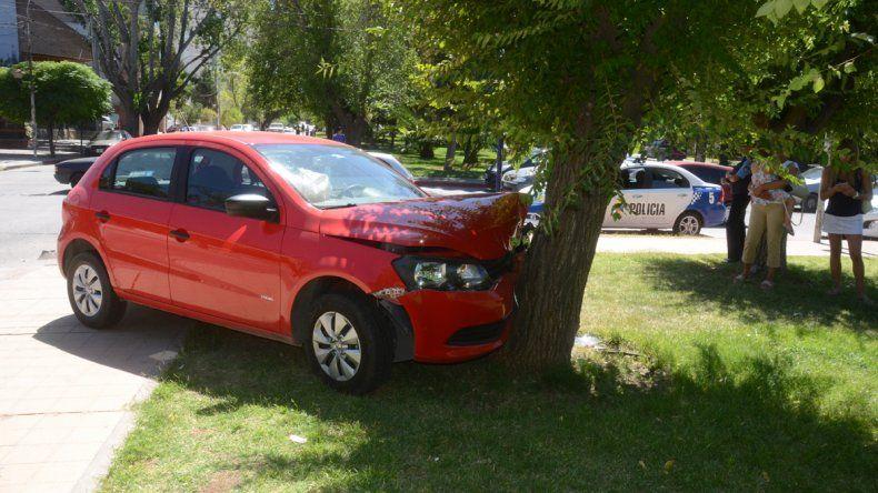 Terminó contra un árbol después de que lo chocaran: el otro conductor se dio a la fuga