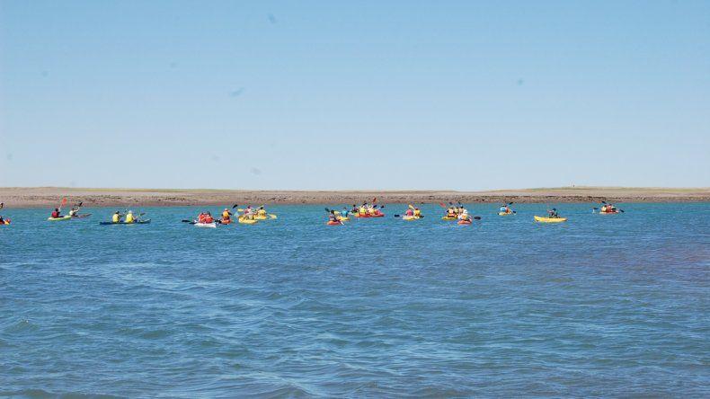 Los remeros solidarios cruzaron la bahía de San Antonio. La expedición dio inicio a una nueva edición de la Fiesta Provincial del Trabajador Portuario