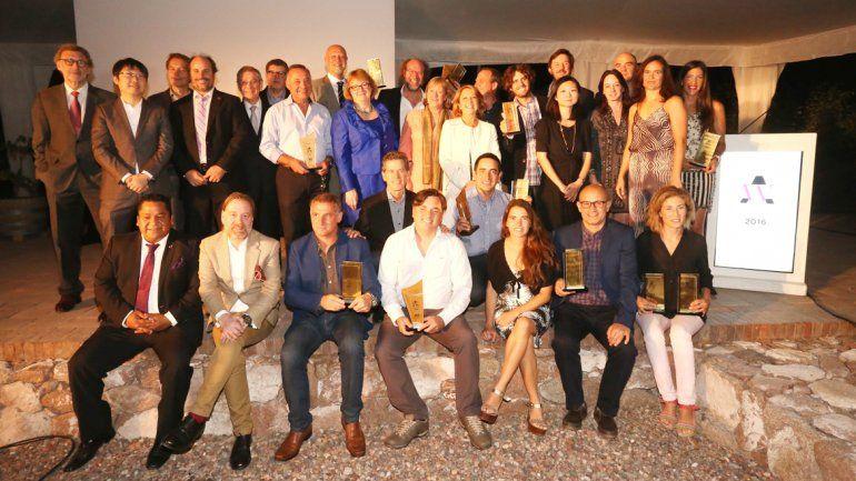 Los jueces internacionales junto a los premiados con los trophies.