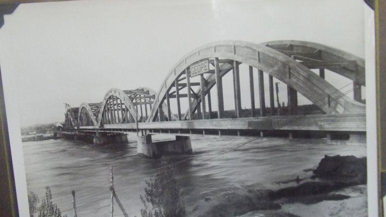 Las imágenes muestran distintas etapas de la construcción del puente carretero