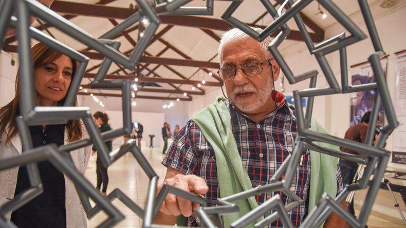 El escultor Roberto Giardili junto a su obra Moebius segmentado.