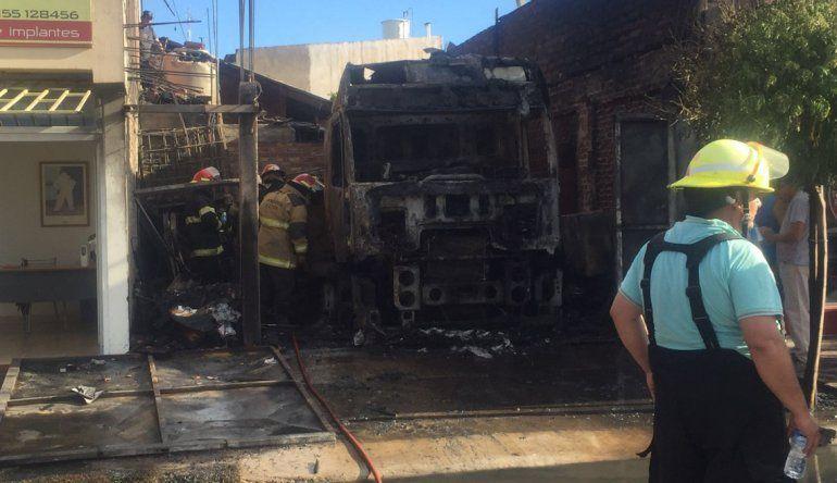 Explotó el tanque de nafta de un camión y se incendió