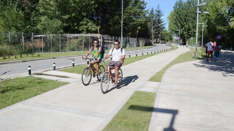 Andar en bicicleta sobre las sendas es una muy buena opción para transitar el Paseo Costero.