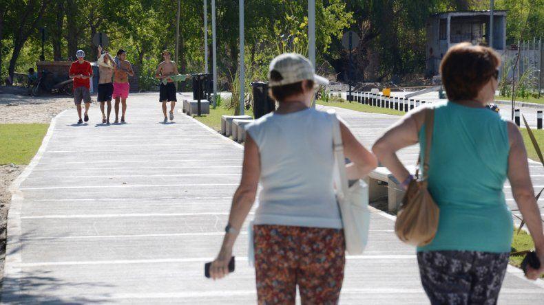 Caminar y disfrutar del río. La gente ya aprovecha el nuevo paseo.